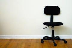 Zwarte stoel in ruimte Royalty-vrije Stock Fotografie