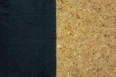 Zwarte stof met zigzagrand op cork raad Stock Foto's