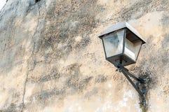 Zwarte straatlantaarn of lantaarn op de buitenmuurvoorgevel van huis om licht bij de nacht te verstrekken royalty-vrije stock foto's