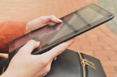 Zwarte tablet in women& x27; s handen stock foto's