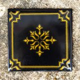 Zwarte tegel met een gouden ornament, vierkante vorm Oude deklaag stock foto's