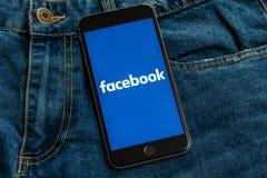 Zwarte telefoon met embleem van sociale media Facebook op het scherm royalty-vrije stock afbeeldingen