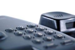 Zwarte telefoon op de witte achtergrond stock afbeelding