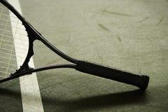 Zwarte tennisracket op de donkergroene vloer van gymnasiumsport B Royalty-vrije Stock Fotografie