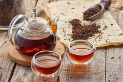 Zwarte thee in de de glastheepot en koppen Royalty-vrije Stock Fotografie