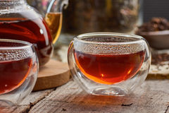 Zwarte thee in de de glastheepot en koppen Royalty-vrije Stock Afbeeldingen