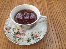 Zwarte thee in een klassieke Fijne kop van China stock foto's