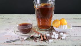 Zwarte thee, handpers met citroenen Een kruik zwarte thee en kubussen van suiker stock videobeelden