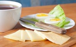 Zwarte thee, kaas en gekookt ei Stock Afbeeldingen