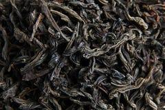 Zwarte thee losse droge bladeren stock fotografie