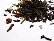 Zwarte thee met aardbeien stock foto