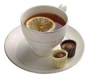 Zwarte thee met citroen en chocoladesuikergoed Royalty-vrije Stock Foto
