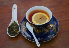 Zwarte thee met citroen op een houten lijst op een de zomerdag royalty-vrije stock foto