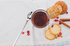 Zwarte thee met koekjes Royalty-vrije Stock Foto