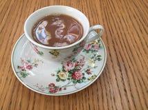 Zwarte thee met melk in een klassieke Fijne kop van China royalty-vrije stock foto's