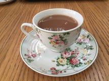 Zwarte thee met melk in een klassieke Fijne kop van China royalty-vrije stock fotografie