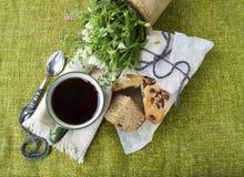 Zwarte thee op een achtergrond van groene textiel, een boeket van bloemen Stock Fotografie