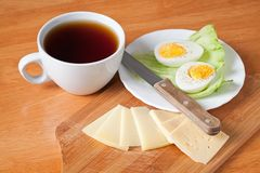 Zwarte theekop, kaas en gekookt ei Royalty-vrije Stock Fotografie