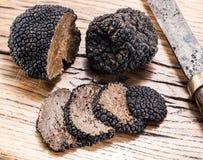 Zwarte truffels op het oude hout Royalty-vrije Stock Foto's