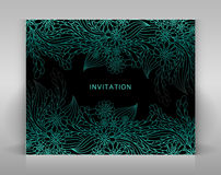 Zwarte uitnodiging met blauwe bloemendecoratie Stock Afbeeldingen