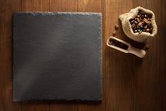 Zwarte van de leisteen en koffie brieven op hout Stock Foto's