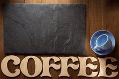 Zwarte van de leisteen en koffie brieven op hout Stock Fotografie