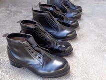 Zwarte veiligheidsschoenen die in de zon drogen Royalty-vrije Stock Afbeeldingen