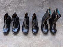 Zwarte veiligheidsschoenen die in de zon drogen Royalty-vrije Stock Foto