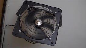 Zwarte ventilatieventilator op de muur stock videobeelden