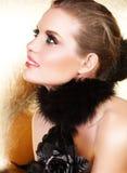 Zwarte veren en blonde vrouw royalty-vrije stock afbeelding