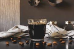 Zwarte verse koffie in een glasmok royalty-vrije stock afbeeldingen