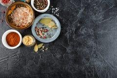 Zwarte voedselachtergrond met kruiden stock afbeeldingen