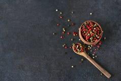 Zwarte voedselachtergrond met kruiden Een mengsel van peper Stock Foto