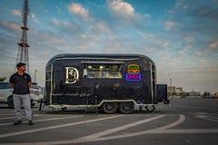 Zwarte voedselvrachtwagen, Abu Dhabi stock foto's