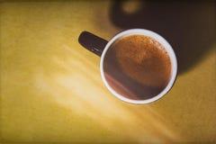 Zwarte volledige die espressokop vanaf de bovenkant wordt bekeken Royalty-vrije Stock Afbeeldingen