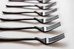 Zwarte vorken op een witte achtergrond Minimaal concept Samenvatting stock fotografie