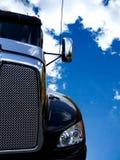 Zwarte vrachtwagen en blauwe hemel Stock Foto's