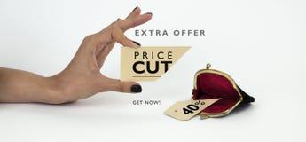 Zwarte vrijdagbanner Vrouwelijke hand die een besnoeiing houden - het prijskaartje met geopende uitstekende portefeuille onder †Stock Foto