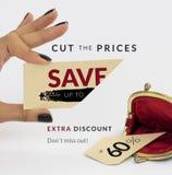 Zwarte vrijdagbanner Vrouwelijke hand die een besnoeiing houden - het prijskaartje met geopende uitstekende portefeuille onder †Royalty-vrije Stock Fotografie