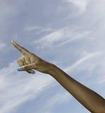 Zwarte vrouwelijke hand die op hemel richt Royalty-vrije Stock Foto's