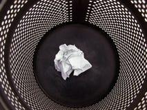 Zwarte vuilnisbak stock foto