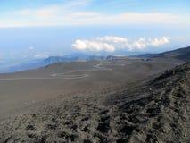 Zwarte vulkaan Etna en de blauwe hemel Royalty-vrije Stock Foto