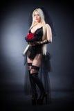 Zwarte weduwe in zorg met bloemen met een sluier Royalty-vrije Stock Foto's