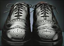Zwarte wingtipschoenen van mensen Stock Foto