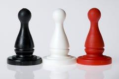 Zwarte, witte en rode spelstukken Royalty-vrije Stock Foto's