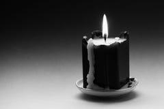 Zwarte witte fotografiekaars met een vlam en druppels Lawaaierig filmeffect beeld Ondiepe Diepte van Gebied royalty-vrije stock fotografie
