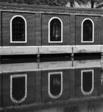 Zwarte witte gebouwen en bezinning in het water royalty-vrije stock fotografie