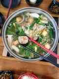 Zwarte & witte het vleesbal van de eetstokjeholding met zeewier royalty-vrije stock foto