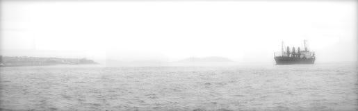 Zwarte & witte zachte nadruk van vrachtschip in de Bosporus Royalty-vrije Stock Afbeelding