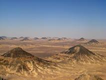 Zwarte woestijn vulkanische heuvels in Egypte, dichtbij Farafra Royalty-vrije Stock Afbeeldingen